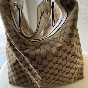 Authentic Gucci goes it shoulder bag. Very large.